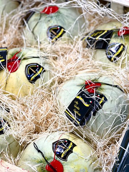 Eine Kiste gefüllt mit Zerbinati Jolly Melonen aus Italien